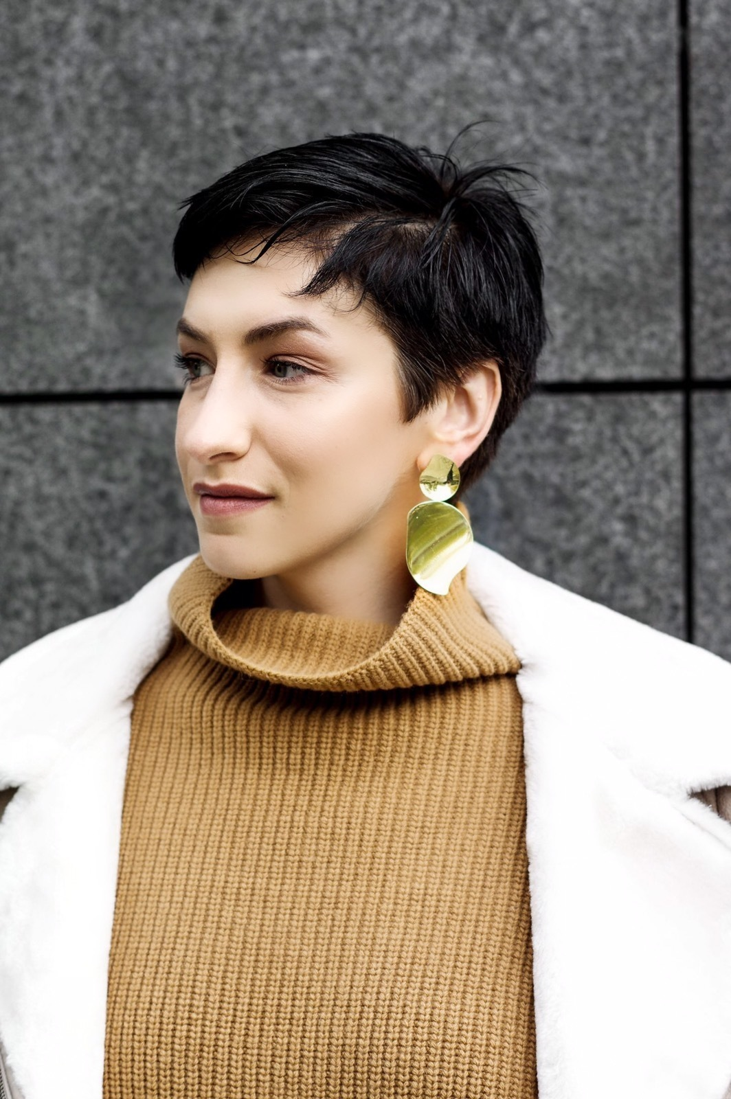 16 Essential statement earrings for bussiness women