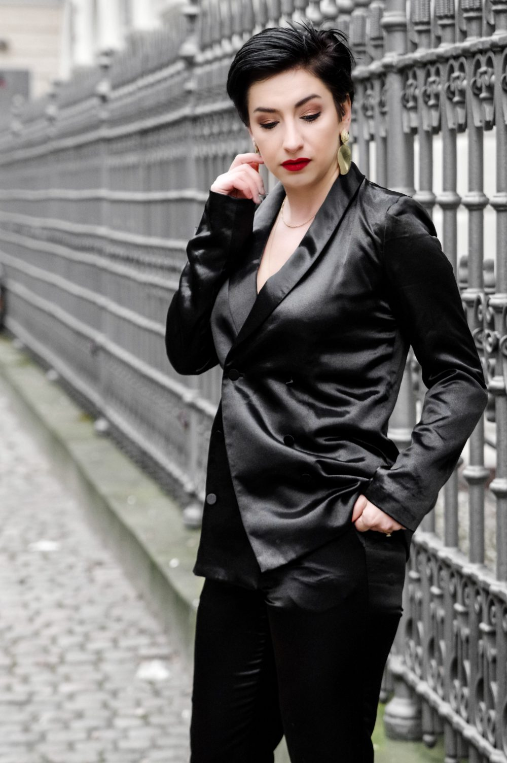 valentines day outfit, date night outfit, black satin suit, elegant, chic, classy outfit, short hairstyle 2