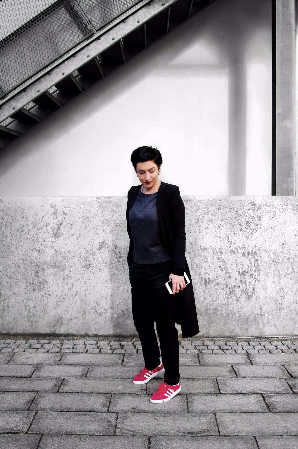 Minimal monochromatic look, black and white look, red woman sneakers, adidas gazelle red, boysih look, short hairstyle copy