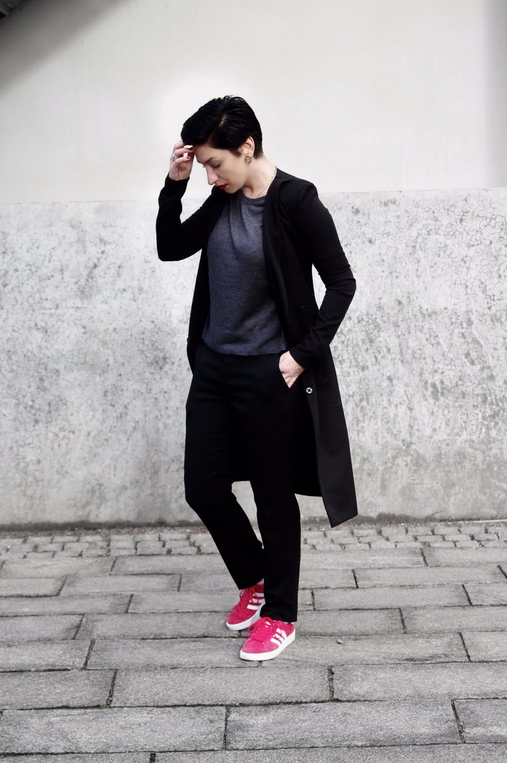 black outfit, red sneakers, adidas gazelle sneakers, minimal outfit, boysih look copy
