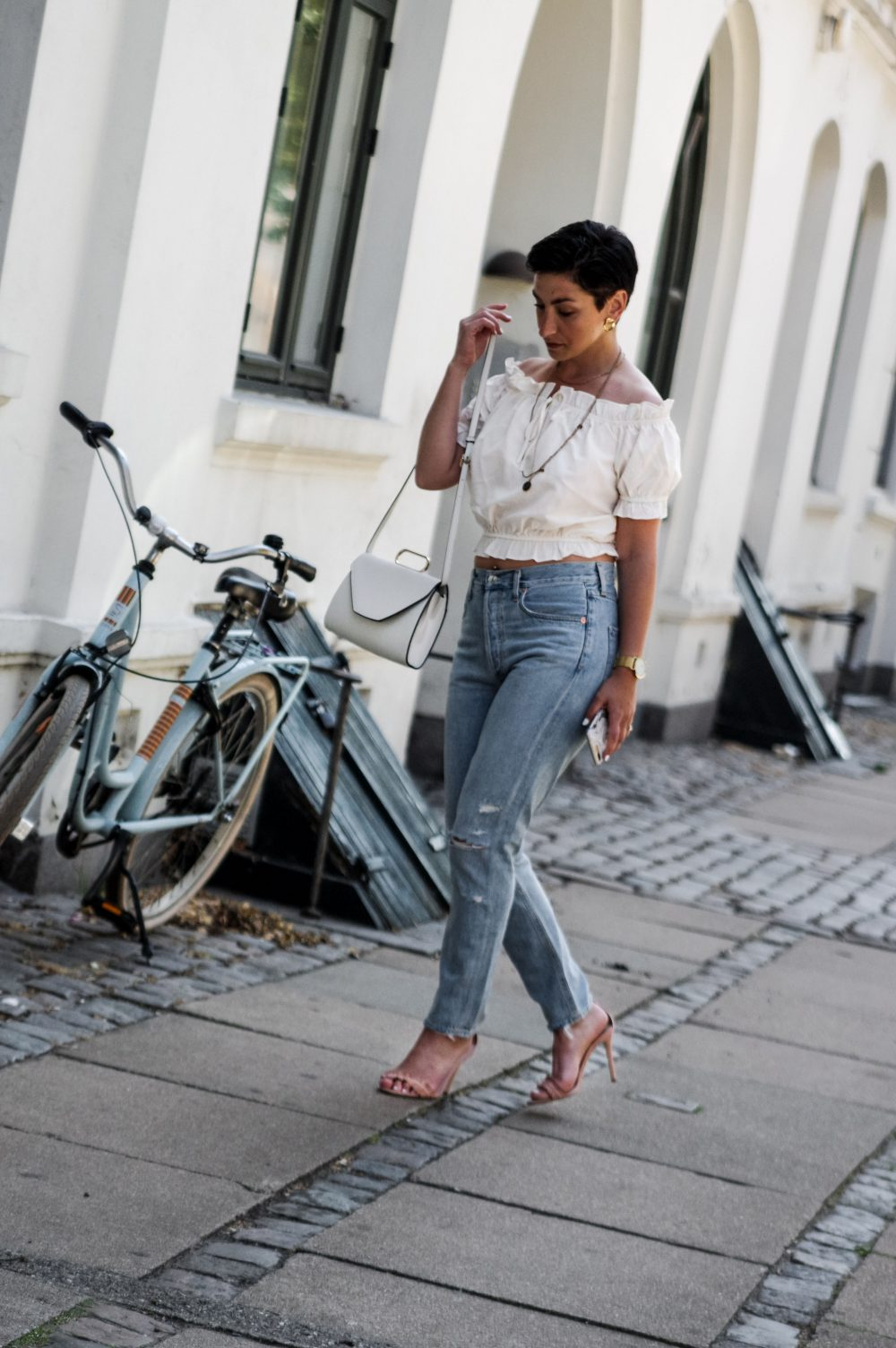 summer jeans, jeans for summer, distressed, revolve, american style, summer outfit, casual summer outfit, mihabalan.com, white summer top,outfit summer 4